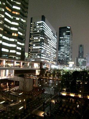 品川駅港南口-冷たい雨の夜