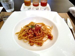 外ごはん♡セレブ・デ・トマト 完熟トマトとベーコンのパスタ